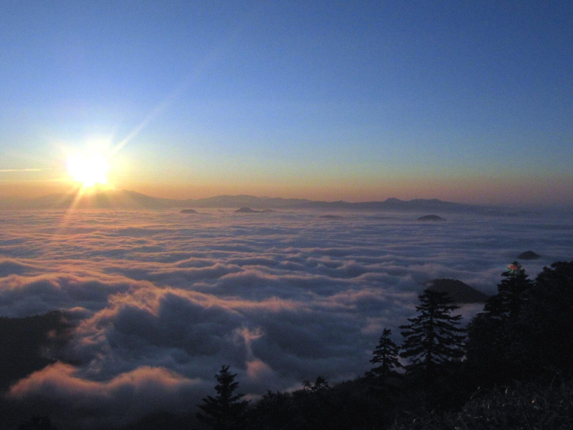温泉宿から行く「雲海ツアー」で幻想的な雲の上の世界を体験